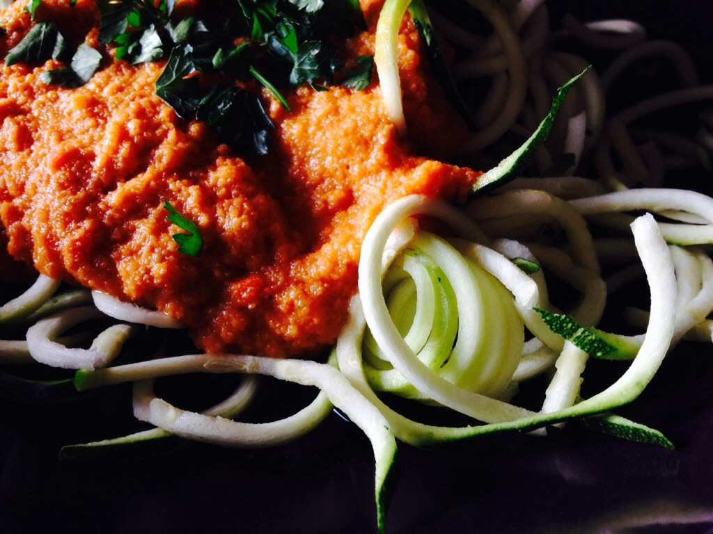 Zucchini Spaghetti mit Tomatensoße