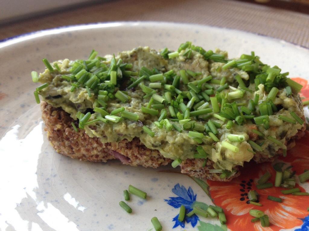 Zwiebelbrot mit Frühstückscrème & Schnittlauch